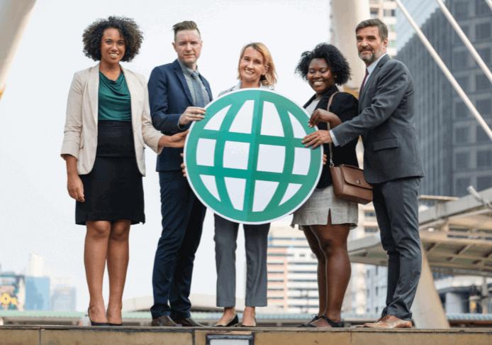 Fünf Menschen mit unterschiedlicher Hautfarbe, Alter und Geschlecht halten eine Weltkugel.